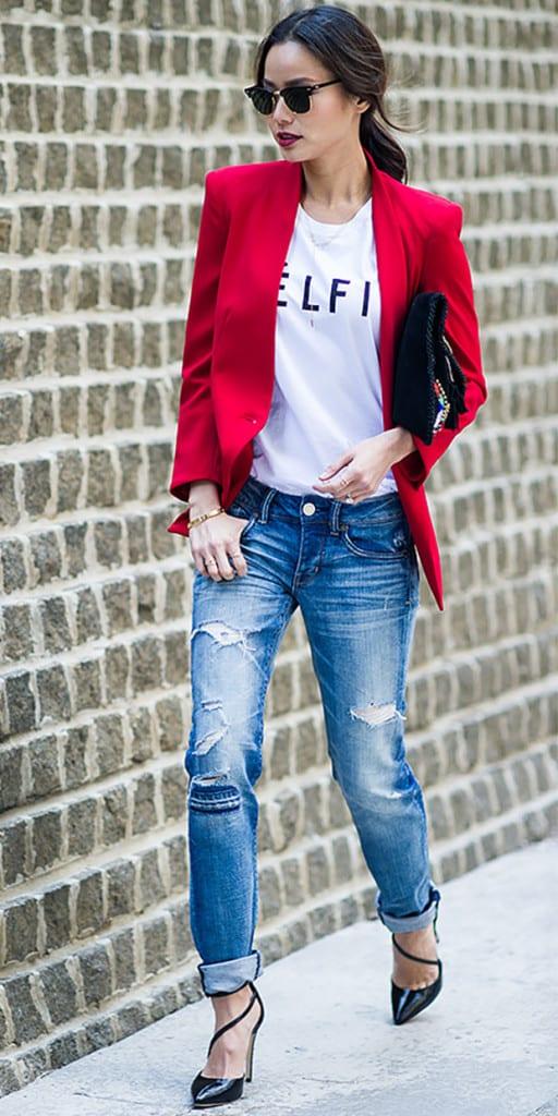 look con blazer rojo jeans rotos zapatos de tacón negros