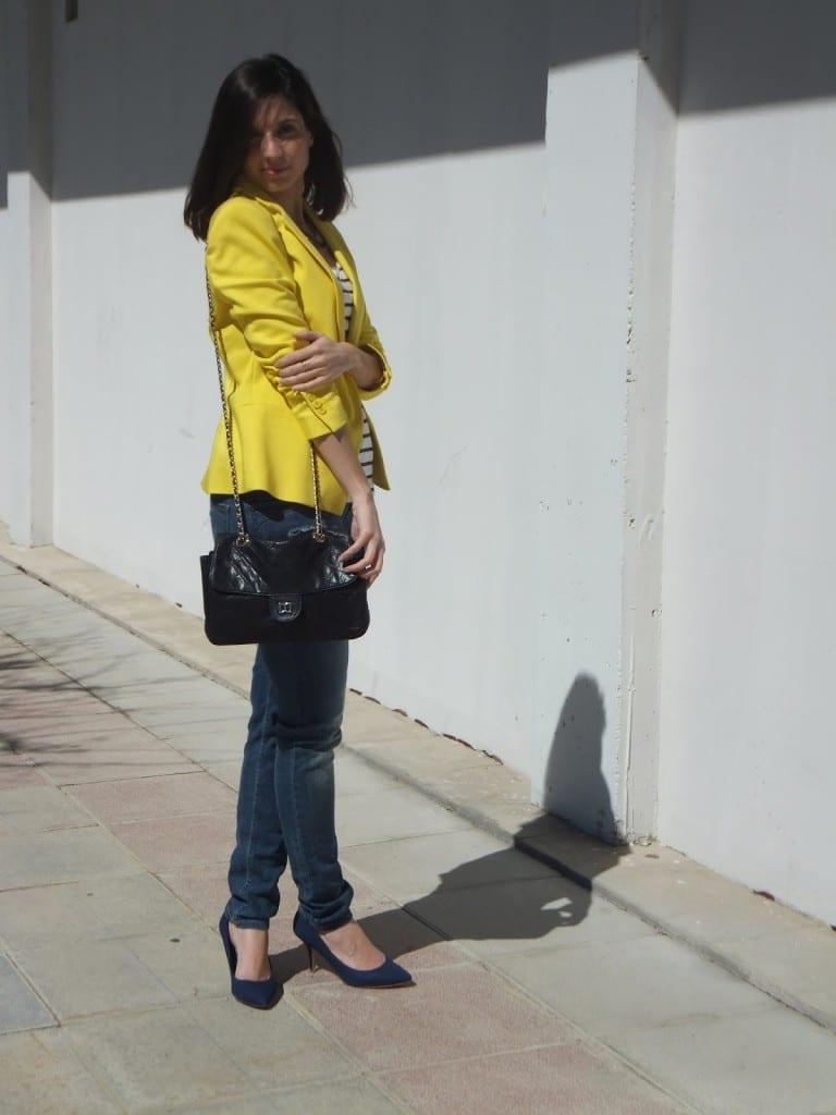 cómo llevar blazer americana amarilla