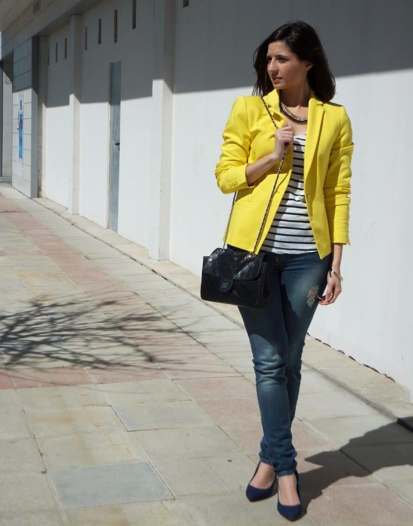 camiseta a rayas chaqueta amarilla bolso negro