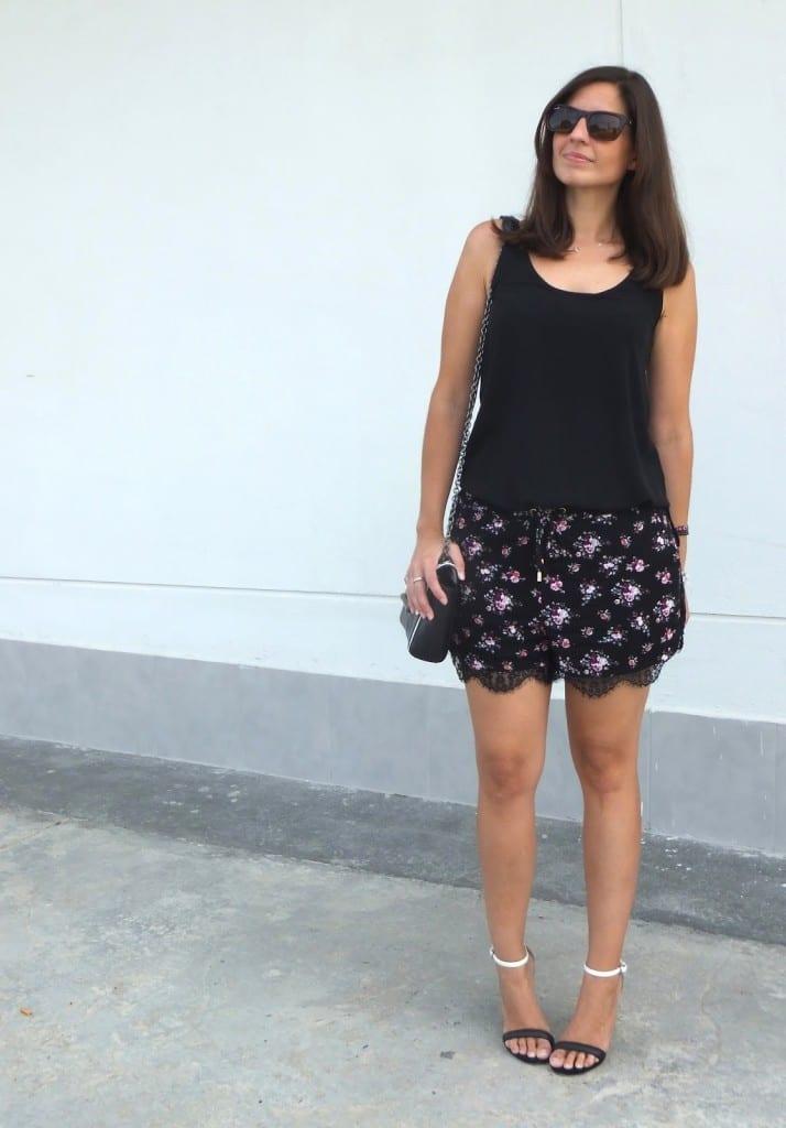 look shorts flores y sandalias
