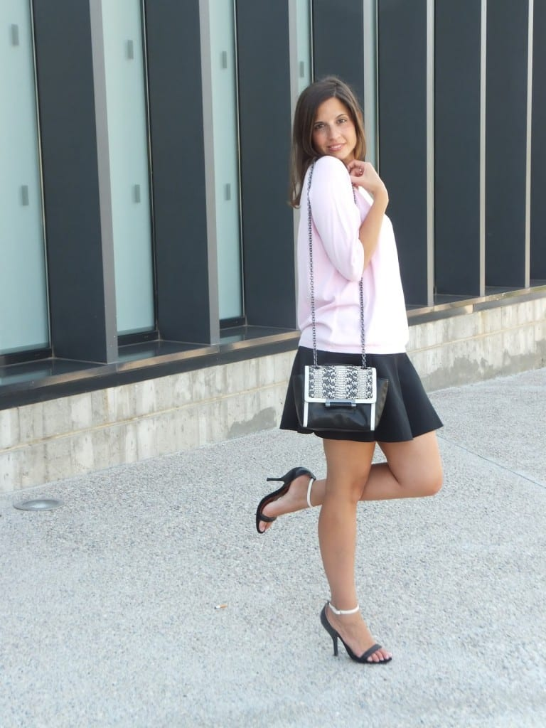 look falda negra y jersey rosa