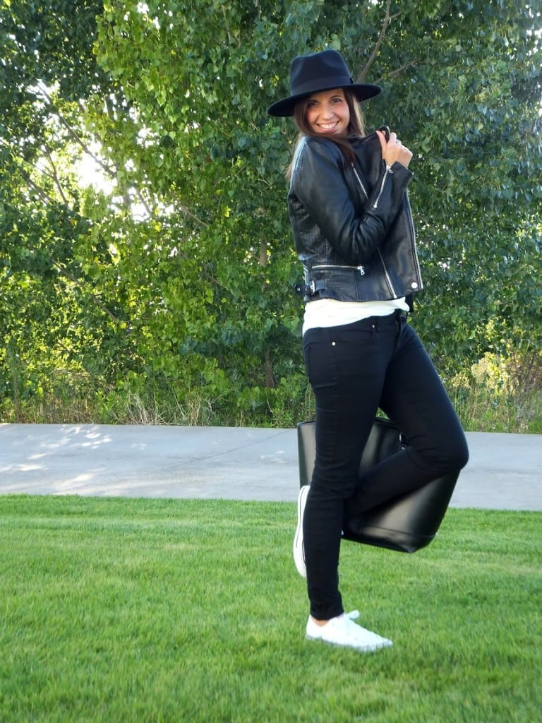 look sombrero fedora negro y zapatillas blancas