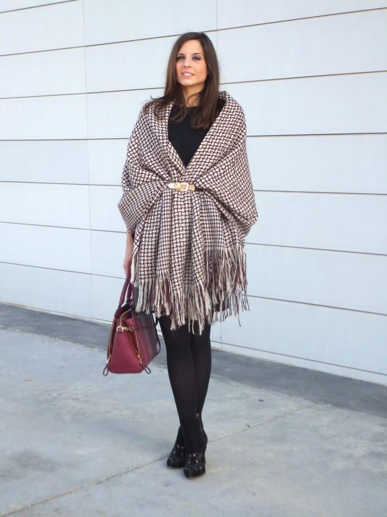 capa manta, blanket cape o poncho color burgundy con cinturón y falda de cuero negra