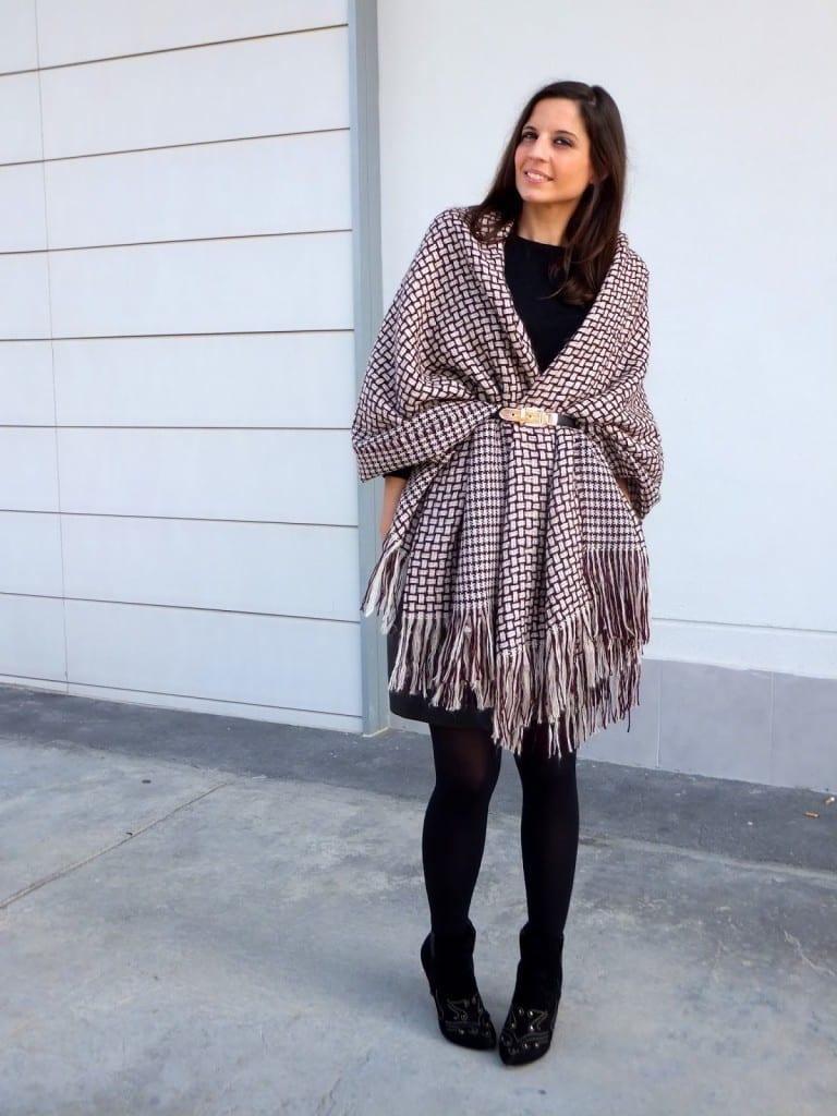 combinar capa manta, blanket cape o poncho color burgundy con falda de cuero negra