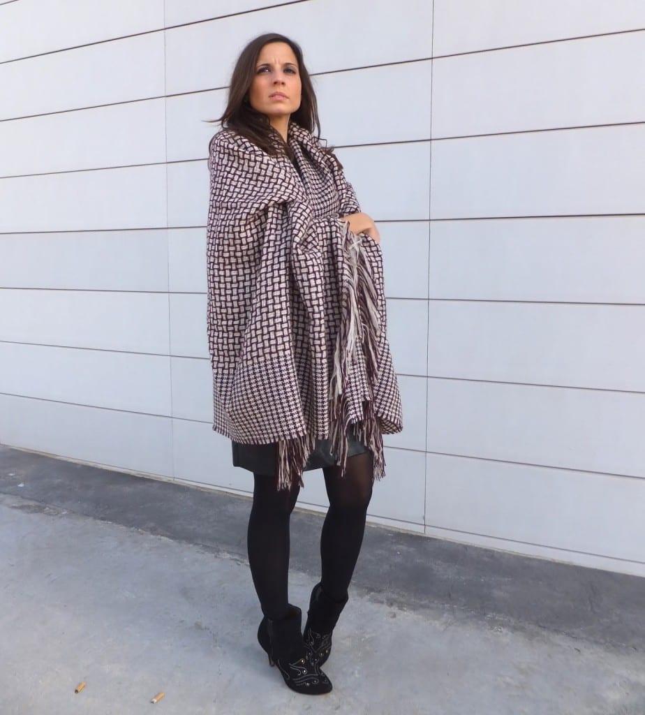 cómo llevar capa manta, blanket cape o poncho color burgundy con falda de cuero negra