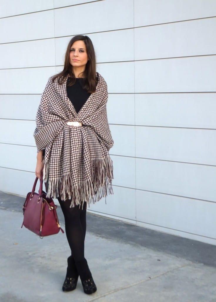 capa manta, blanket cape o poncho color burgundy con falda de cuero negra