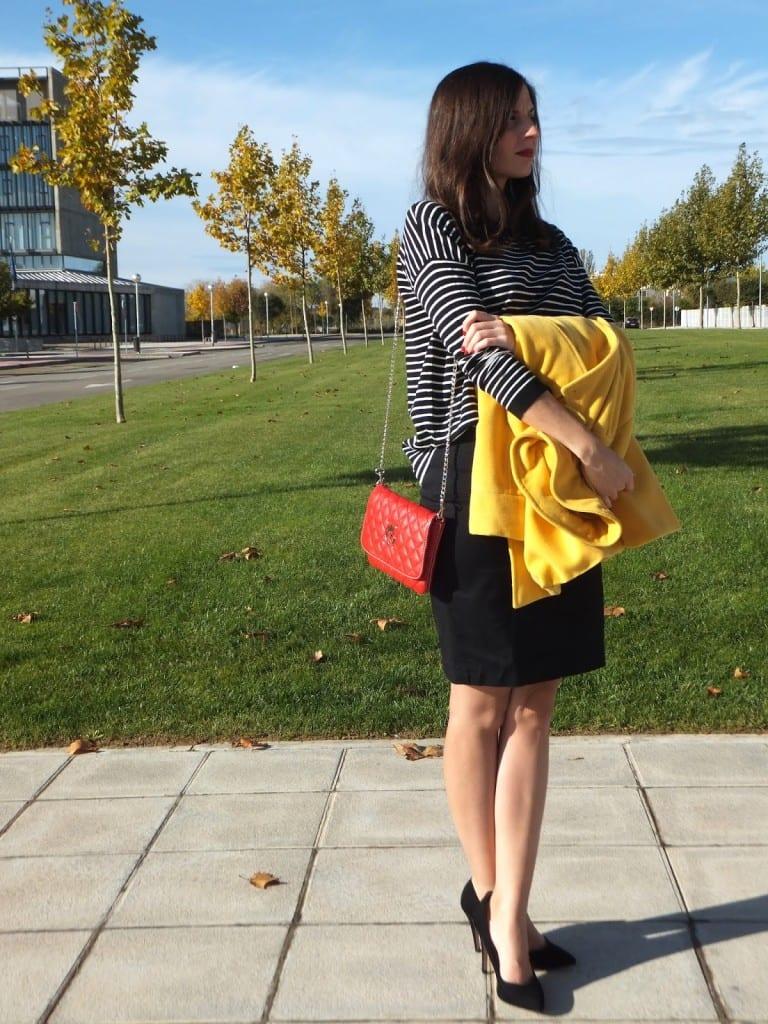 blogger de moda con abrigo amarillo