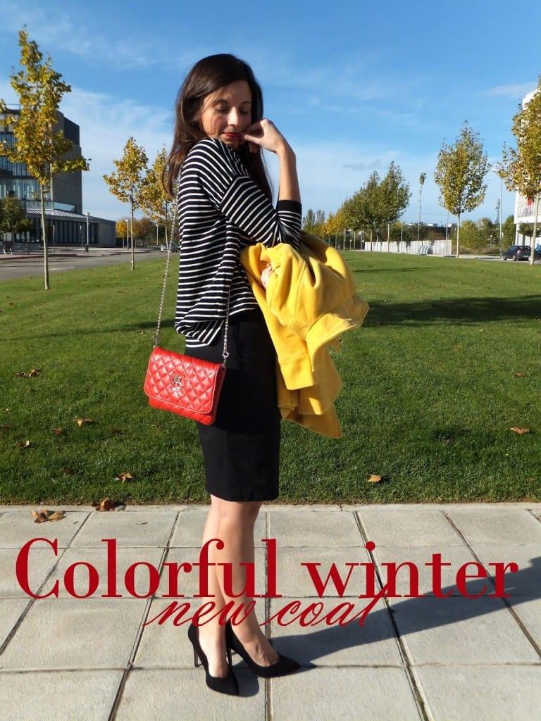 look con abrigo amarillo bolso rojo y jersey a rayas