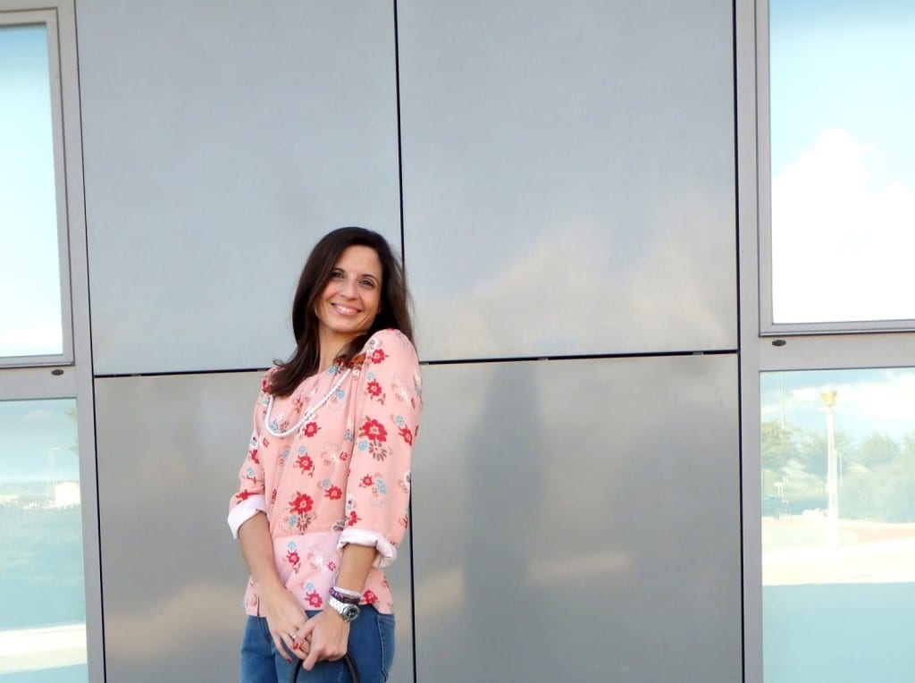 Look con jeans y blusa de flores