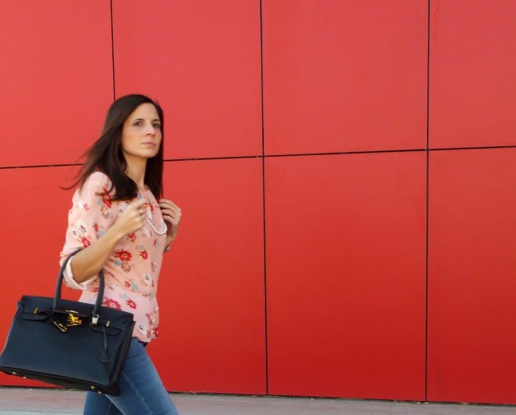 Look con jeans - bolso negro y blusa de flores