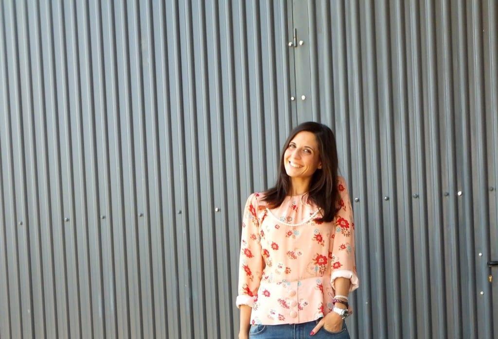 blogger con blusa rosa de flores y jeans