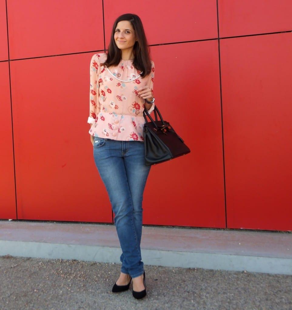 Look con jeans y blusa de flores de la marca Diksi