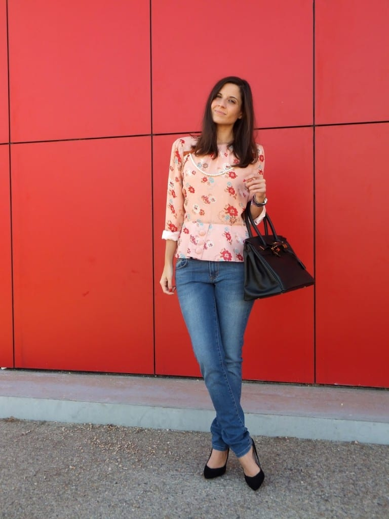Llevar jeans y blusa de flores de la marca Diksi