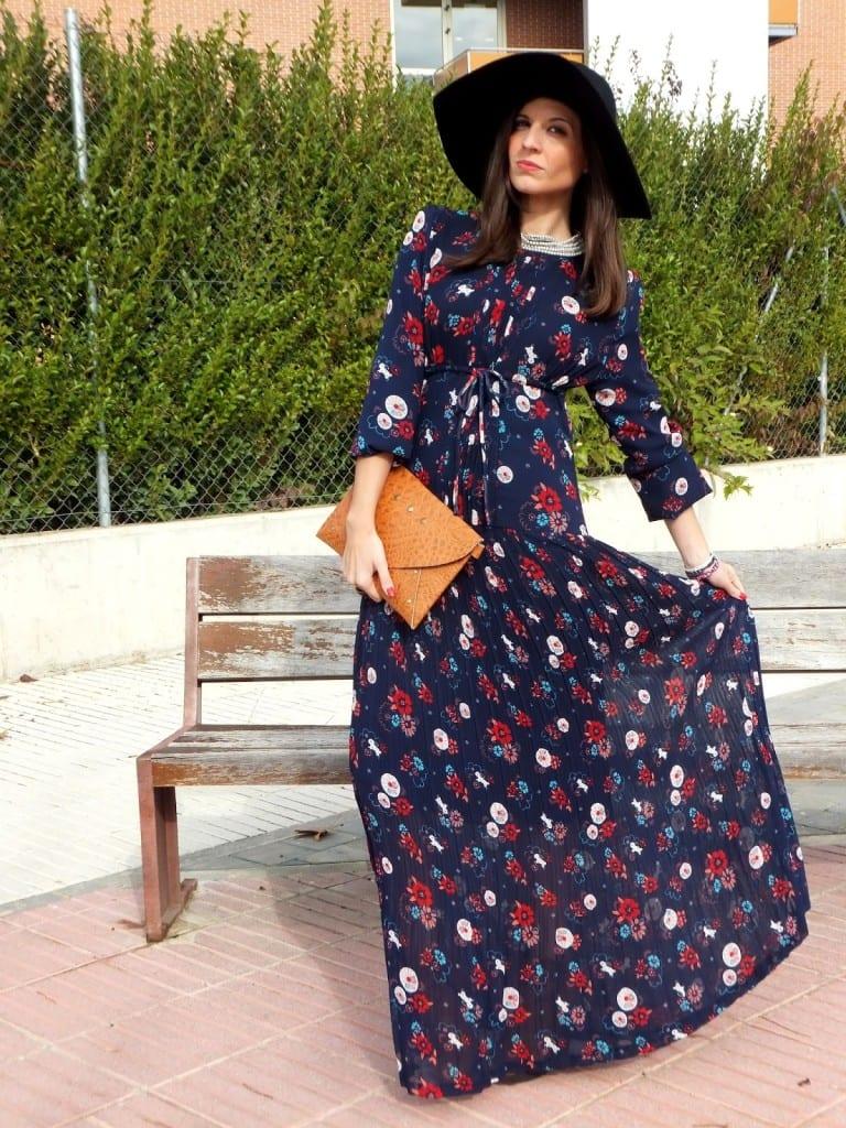 bloguera de moda con vestido hippie largo