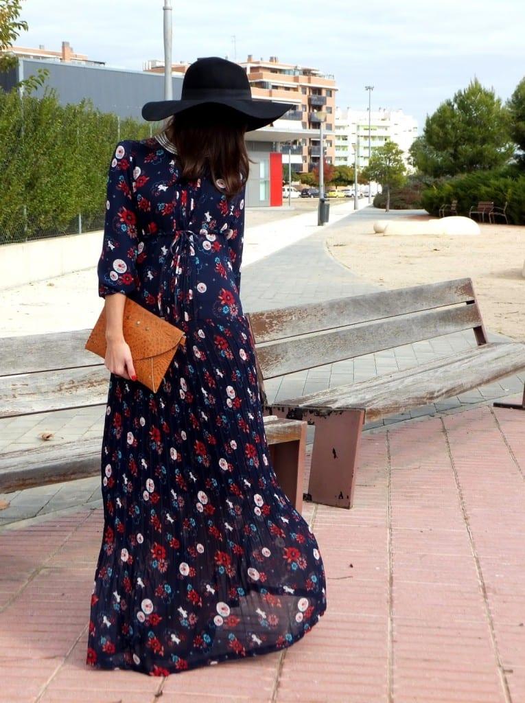bloguera de moda con vestido hippie de flores