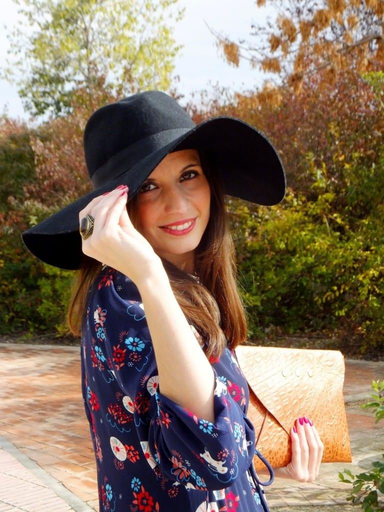 vestido de flores y pamela de fieltro