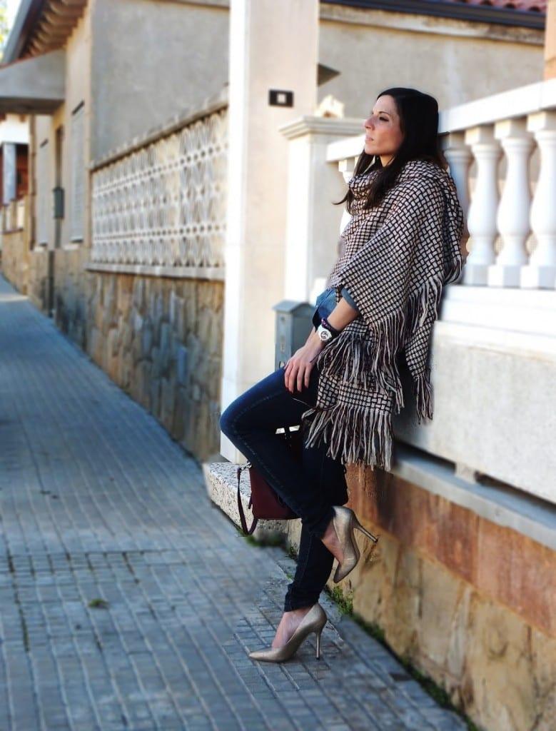 blogger de moda con zapatos dorados