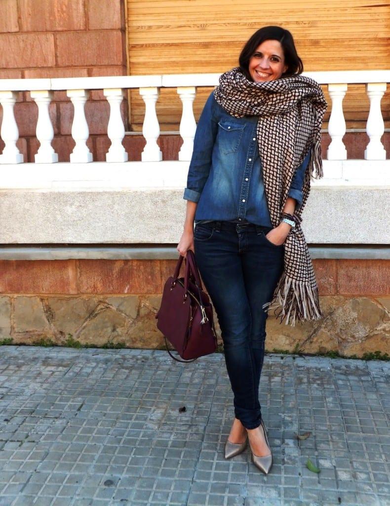 blogger de moda con capa manta