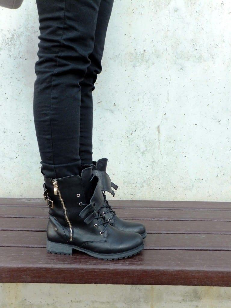 botas moteras negras de la marca mustang