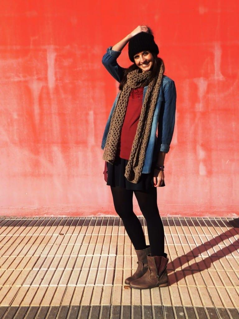 bloguera con botas, gorro de lana, camisa vaquera y bufanda