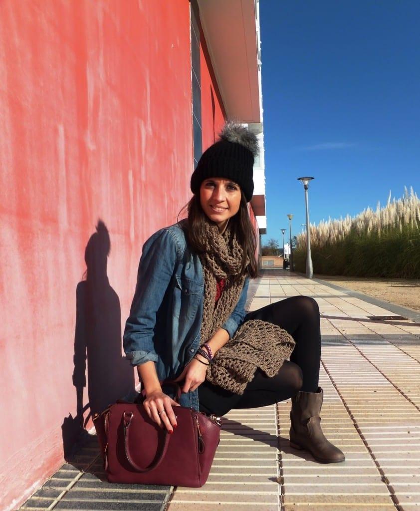 blogger mostrando look con gorro, botas marrones de Msutang, bufanda tejida y camisa vaquera