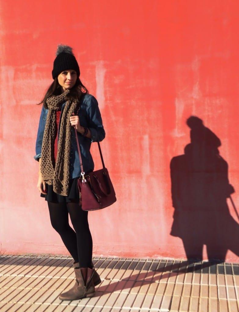 blogger con botas de mustang, gorro de lana y bufanda