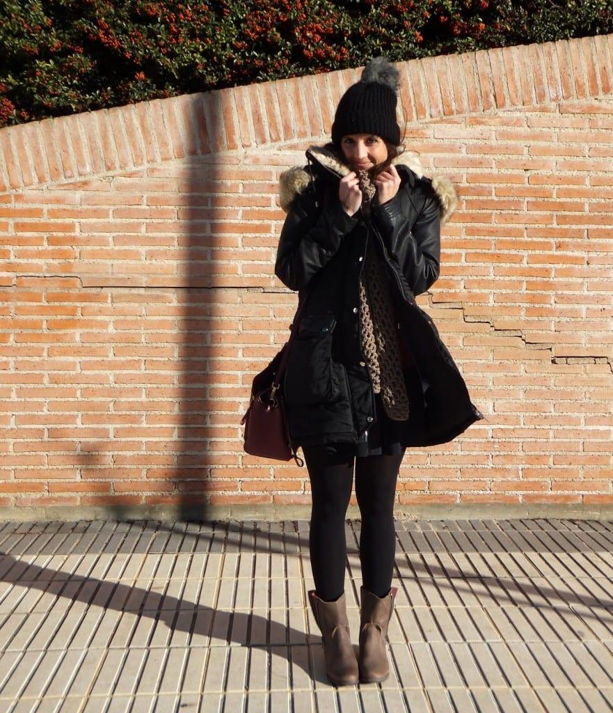 blogger española con parca negra, botas de Mustang y gorro con pompón