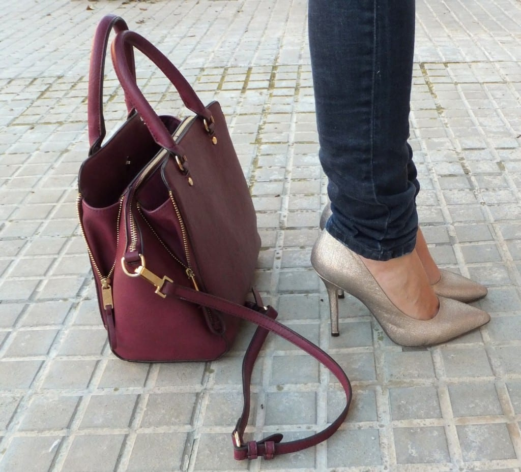 zapatos en color dorado y bolso burgundy