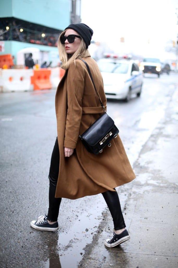 abrigo largo y zapatillas converse