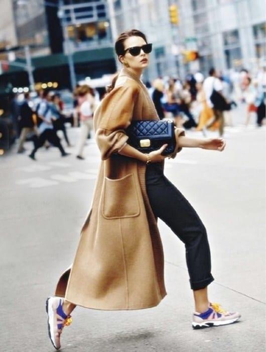 abrigo largo y zapatillas