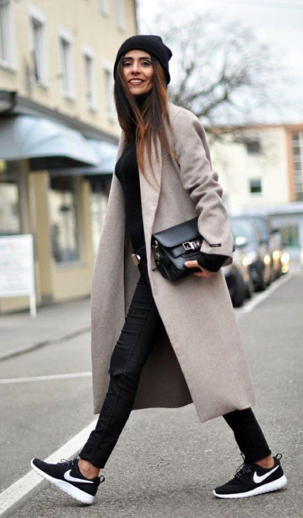 abrigo largo y zapatillas negras