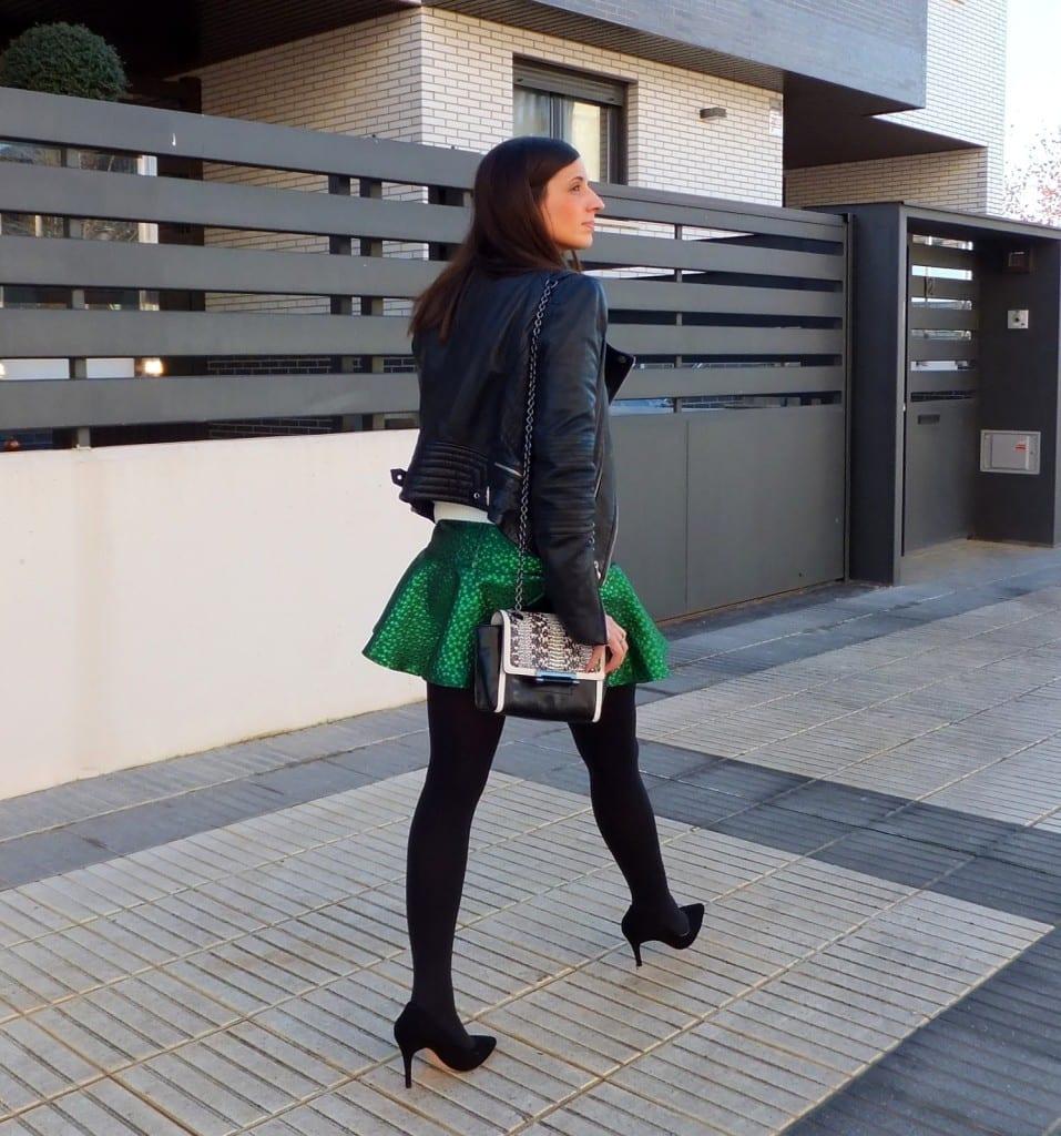 falda verde minueto y cazadora biker negra