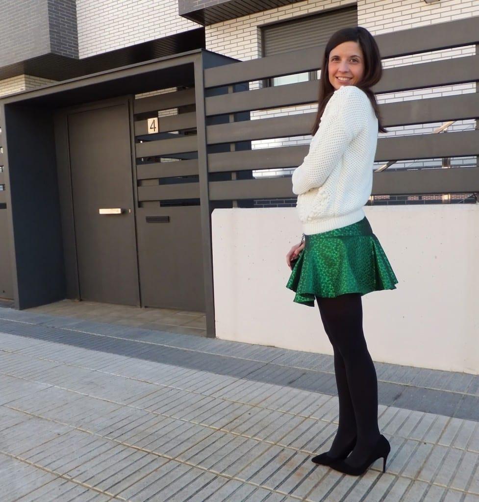 falda verde y medias negras