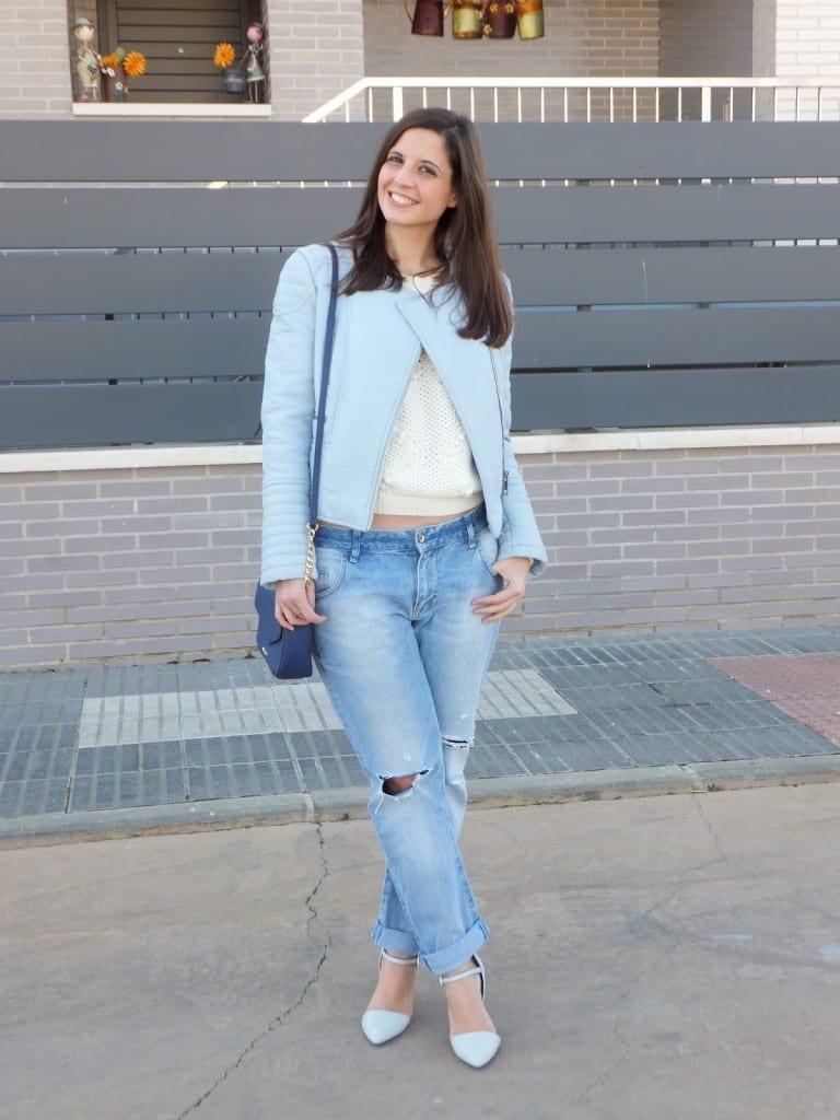 look zapatos azules y cazadora azul pastel