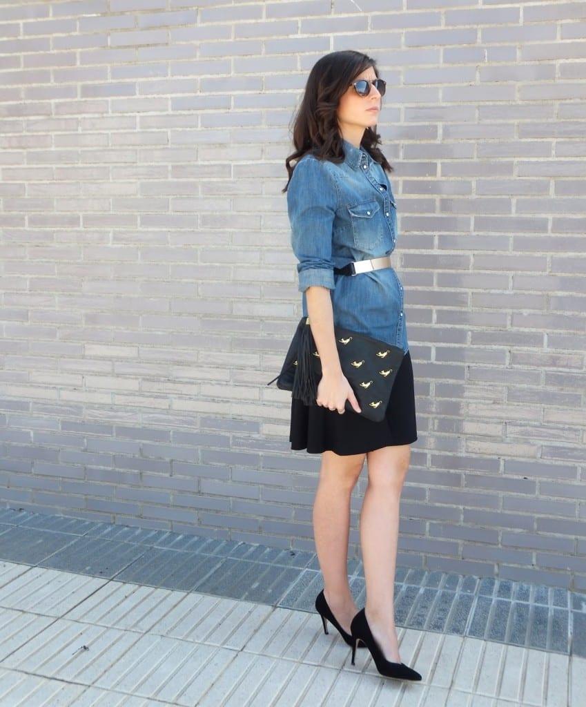 combinar vestido negro y camisa vaquera